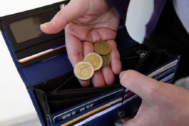 Πώς οι Έλληνες χρεώνονται για να αντέξουν τους φόρους
