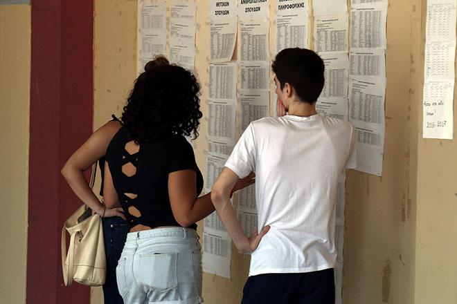 Μαθητές σε σχολείο του σχολικού συγκροτήματος της Γκράβας κοιτάνε τα αποτελέσματα των βάσεων για τις σχολές και τα πανεπιστήμια από τις φετινές πανελλήνιες του 2017,  Πέμπτη 24 Αυγούστου 2017 ΑΠΕ-ΜΠΕ/ΑΠΕ-ΜΠΕ/ΘΑΝΑΣΗΣ ΚΑΜΒΥΣΗΣ