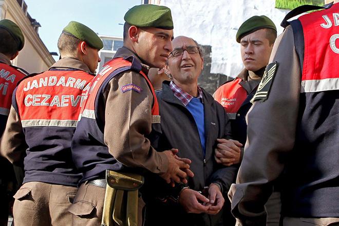 Συλλήψεις στην Τουρκία με κατηγορίες για «πραξικοπηματικές» μπλούζες και εφαρμογές