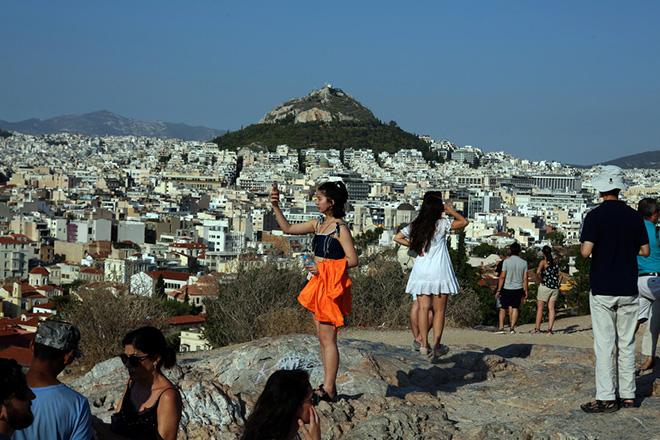 Τουρίστες  κοιτάζουν την Αθήνα  από τον Άρειο Πάγο, στην Ακρόπολη,  Κυριακή 20 Αυγούστου 2017. ΑΠΕ-ΜΠΕ/ΑΠΕ-ΜΠΕ/Αλέξανδρος Μπελτές