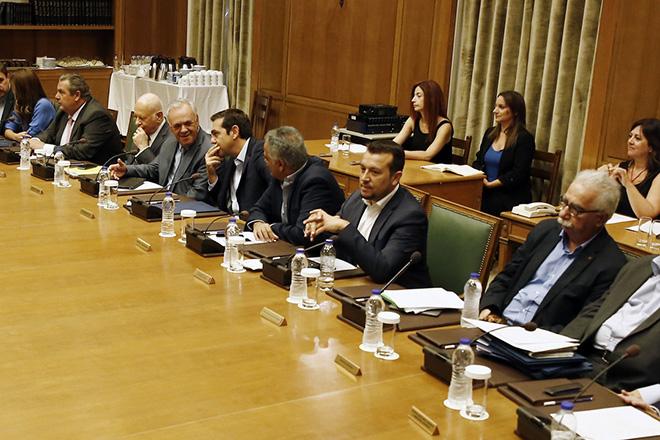 O πρωθυπουργός Αλέξης Τσίπρας συνομιλεί με υπουργούς στο υπουργικό συμβούλιο που έγινε στη Βουλή με θέματα Παιδείας, Δευτέρα 28 Αυγούστου 2017. ΑΠΕ-ΜΠΕ/ΑΠΕ-ΜΠΕ/ΑΛΕΞΑΝΔΡΟΣ ΒΛΑΧΟΣ