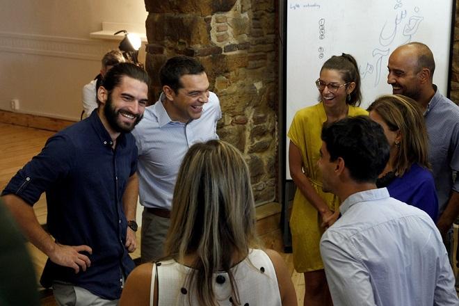 Ο πρωθυπουργός, Αλέξης Τσίπρας (Κ) ξεναγείται στους χώρους του Impact hub Athens, μια δομή η οποία υποστηρίζει την ανάπτυξη της επιχειρηματικότητας και της καινοτομίας, μέσα από προγράμματα ανάπτυξης επιχειρηματικών μοντέλων, Πέμπτη 31 Αυγούστου 2017. ΑΠΕ-ΜΠΕ / ΑΠΕ-ΜΠΕ / ΑΛΕΞΑΝΔΡΟΣ ΒΛΑΧΟΣ