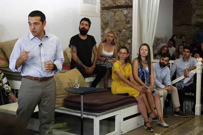 Ο πρωθυπουργός, Αλέξης Τσίπρας συμμετέχει σε σύσκεψη με εκπροσώπους επιχειρήσεων που αναπτύσσονται στους τομείς της κοινωνικής οικονομίας, της καινοτομίας και της νεανικής επιχειρηματικότητας, κατά την διάρκεια της επίσκεψης του στο Impact hub Athens, μια δομή η οποία υποστηρίζει την ανάπτυξη της επιχειρηματικότητας και της καινοτομίας, μέσα από προγράμματα ανάπτυξης επιχειρηματικών μοντέλων, Πέμπτη 31 Αυγούστου 2017. ΑΠΕ-ΜΠΕ / ΑΠΕ-ΜΠΕ / ΑΛΕΞΑΝΔΡΟΣ ΒΛΑΧΟΣ