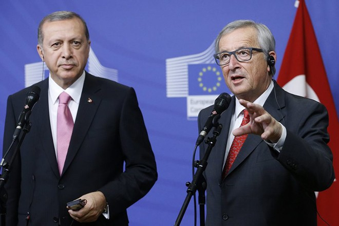 epa04964736 European Commission President Jean Claude Juncker (R) speaks to the media as he welcomes Turkish President Recep Tayyip Erdogan at the EU Commission in Brussels, Belgium, 05 October 2015. The European Union is expected to ask Turkey for help in stemming the flow of refugees reaching the bloc, during a visit to Brussels by President Recep Tayyip Erdogan at which issues such as Ankara's record on human rights are also expected to surface.  EPA/OLIVIER HOSLET
