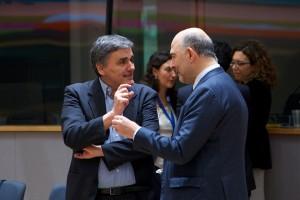 O υπουργός Οικονομικών Ευκλείδης Τσακαλώτος (A) συνομιλεί με τον επίτροπο Οικονομικών, Πιέρ Μοσκοβισί (Δ) κατά τη διάρκεια της συνεδρίασης του Eurogroup, τη Δευτέρα 20 Φεβρουαρίου 2017, στην έδρα του Ευρωπαϊκού Συμβουλίου  στις Βρυξέλλες. ΑΠΕ ΜΠΕ/consilium.europa.eu/Christos DOGAS