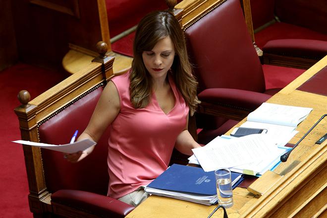 Η υπουργός Εργασίας, Κοινωνικής Ασφάλισης και Κοινωνικής Αλληλεγγύης Έφη Αχτσιόγλου στην Βουλή, Τετάρτη 6 Σεπτεμβρίου 2017. Πραγματοποιείται στην Ολομέλεια της Βουλής η συζήτηση και ψήφιση επί της αρχής, των άρθρων και του συνόλου του σχεδίου νόμου: «Συνταξιοδοτικές ρυθμίσεις Δημοσίου και λοιπές ασφαλιστικές διατάξεις, ενίσχυση της προστασίας των εργαζομένων, δικαιώματα ατόμων με αναπηρίες και άλλες διατάξεις».  ΑΠΕ-ΜΠΕ/ΑΠΕ-ΜΠΕ/Παντελής Σαίτας