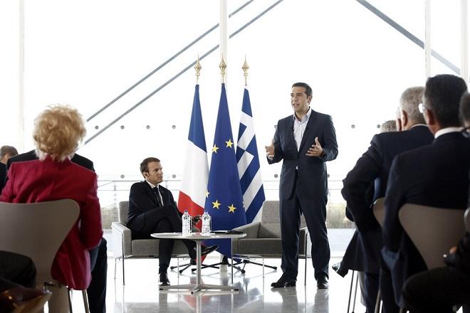 Ο πρωθυπουργός Αλέξης Τσίπρας (Δ) μιλά δίπλα από τον Γάλλο Πρόεδρο Εμανουέλ Μακρόν (Α) (Emmanuel Macron) σε Έλληνες και Γάλλους επιχειρηματίες, στο Ίδρυμα Σταύρος Νιάρχος. Παρασκευή 8 Σεπτεμβρίου 2017. Ο Γάλλος Πρόεδρος Εμανουέλ Μακρόν (Emmanuel Macron) βρίσκεται στην Αθήνα για διήμερη επίσημη επίσκεψη μετά από πρόσκληση του Προέδρου της Δημοκρατίας Προκόπη Παυλόπουλου. ΑΠΕ-ΜΠΕ/ ΑΠΕ-ΜΠΕ / ΓΙΑΝΝΗΣ ΚΟΛΕΣΙΔΗΣ