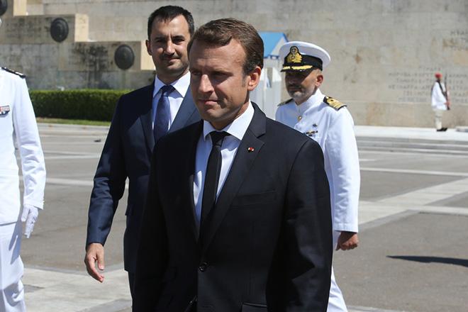 Ο Πρόεδρος της Γαλλικής Δημοκρατίας Εμανουέλ Μακρόν (Emmanuel Macron) μει τον αναπληρωτή υπουργό Οικονομίας και Ανάπτυξης Αλέξανδρο Χαρίτση αποχωρούν μετά την κατάθεση στεφάνου στο Μνημείο του Άγνωστου Στρατιώτη, την Πέμπτη 7 Σεπτεμβρίου 2017. Ο Γάλλος Πρόεδρος βρίσκεται στην Αθήνα για διήμερη επίσημη επίσκεψη μετά από πρόσκληση του Προέδρου της Δημοκρατίας Προκόπη Παυλόπουλου. ΑΠΕ-ΜΠΕ/ΑΠΕ-ΜΠΕ/Παντελής Σαίτας