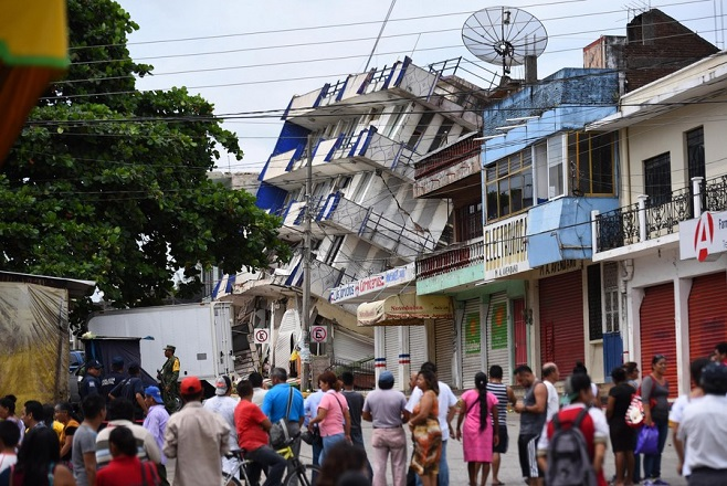 epa06192898 Residents look at the damaged hotel 'Ane Centro' after a 8.2 magnitude earthquake in Matias Romero, Oaxaca, Mexico, 08 September 2017. According to the National Seismological Service (SSN), the earthquake's epicenter was 137 kilometers southwest of Tonala, in the southeastern state of Chiapas. At least 37 people died. Mexico's President Enrique Pena Nieto declared a state of emergency in Chiapas.  EPA/Angel Hernandez