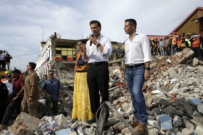 epa06193384 Mexican President Enrique Pena Nieto (C) talks to survivors after an earthquake in Juchitan, Oaxaca, Mexico, 08 September 2017. Pena Nieto arrived in Oaxaca to visit the most affected areas after an 8.1 magnitude earthquake hit the center and south of the country and left at least 58 dead.  EPA/MARIO ARTURO MARTINEZ
