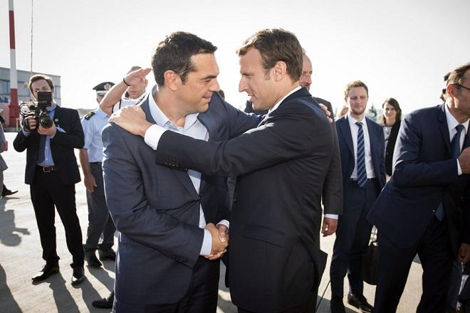 (Ξένη δημοσίευση) Ο πρωθυπουργός Αλέξης Τσίπρας (Α) αποχαιρετά τον Γάλλο Πρόεδρο Εμανουέλ Μακρόν (Δ) (Emmanuel Macron) κατά τη διάρκεια της αναχώρησης του από το αεροδρόμιο «Ελ. Βενιζέλος» με το προεδρικό αεροσκάφος, επιστρέφοντας στη γαλλική πρωτεύουσα, έπειτα από τη διήμερη επίσημη παρουσία στην Αθήνα, Παρασκευή 8 Σεπτεμβρίου 2017. ΑΠΕ ΜΠΕ/ΓΡΑΦΕΙΟ ΤΥΠΟΥ ΠΡΩΘΥΠΟΥΡΓΟΥ/Andrea Bonetti