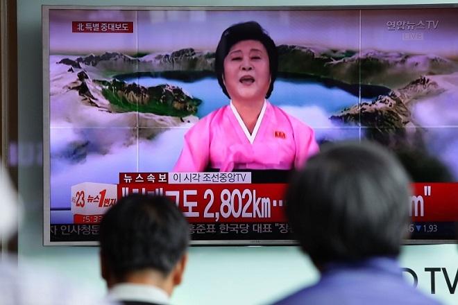 Ποια είναι η «ροζ κυρία» που λέει τις ειδήσεις στη Βόρεια Κορέα
