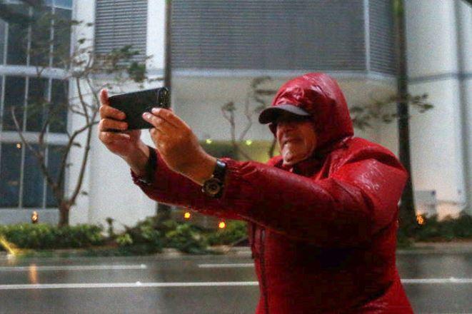Live εικόνα: Το «μάτι» του κυκλώνα Ίρμα φτάνει στη Φλόριντα
