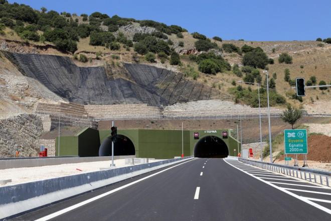 Η δίδυμη σήραγγα της Αμπελιάς κατά τη διάρκεια της τελετής παράδοσης του βόρειου τμήματος της Ιόνιας Οδού, την Πέμπτη 3 Αυγούστου 2017. Παραδόθηκε στην κυκλοφορία  από τον υπουργό  Υποδομών και Μεταφορών  Χρήστο Σπίρτζη, το βόρειο τμήμα της Ιόνιας Οδού (Πέρδικα – Α/Κ Εγνατίας, Ιωάννινα). Πρόκειται για το τελευταίο  τμήμα, 14 περίπου χιλιομέτρων, με την παράδοση του οποίου η Ιόνια Οδός γίνεται, ένας ενιαίος, ολοκληρωμένος,  σύγχρονος και ασφαλής αυτοκινητόδρομος 196 χλμ, που θα ενώνει Αθήνα - Ιωάννινα σε 3,5 ώρες, με τη διαδρομή  Αντίρριο – Ιωάννινα να καλύπτεται πλέον σε μιάμιση ώρα με ταχύτητα και ασφάλεια για το χρήστη.  Το τμήμα Πέρδικα – Ιωάννινα θα έχει δυο λωρίδες κυκλοφορίας και Λ.Ε.Α., όπως το σύνολο του αυτοκινητοδρόμου, 2 Ανισόπεδους Κόμβους, τη δίδυμη σήραγγα της Αμπελιάς, τη Γέφυρα του Κρυβοφού, 11 άνω & κάτω διαβάσεις, καθώς και 51 οχετούς. Παρασκευή 4 Αυγούστου 2017. ΑΠΕ- ΜΠΕ/ΥΠΟΥΡΓΕΙΟ ΥΠΟΔΟΜΩΝ ΚΑΙ ΜΕΤΑΦΟΡΩΝ/Nick Fotis