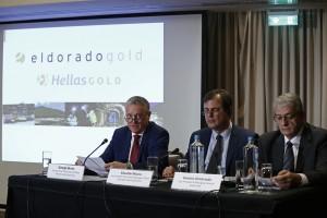 Ο πρόεδρος και Διευθύνων Σύμβουλος της εταιρίας Eldorado, George Burns (Α), μιλάει δίπλα στον αντιπρόεδρο και γενικό διευθυντή, Eduardo Moura (Κ) και στον αντιπρόεδρο και διευθύνων σύμβουλος της Hellas Gold, Δημήτρη Δημητριάδη (Δ), κατά τη διάρκεια συνέντευξης τύπου, με αφορμή την απόφαση της εταιρίας για αναστολή των εργασιών, Αθήνα Δευτέρα 11 Σεπτεμβρίου 2017. ΑΠΕ-ΜΠΕ/ΑΠΕ-ΜΠΕ/ΓΙΑΝΝΗΣ ΚΟΛΕΣΙΔΗΣ