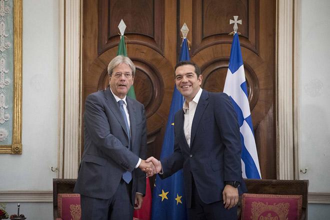 (Ξένη Δημοσίευση)  Ο πρωθυπουργός Αλέξης Τσίπρας (Δ) ανταλλάσει χειραψία με τον Ιταλό ομόλογό του Πάολο Τζεντιλόνι (Paolo Gentiloni) (Α), κατά τη διάρκεια συνάντησής τους, στο πλαίσιο της  1ης Διακυβερνητικής Συνόδου Ελλάδας – Ιταλίας,στην Κέρκυρα,  Πέμπτη 14 Σεπτεμβρίου 2017. Οι δύο πρωθυπουργοί θα υιοθετήσουν Κοινή Δήλωση, η οποία τίθενται τις βάσεις για την επανεκκίνηση της ελληνοϊταλικής συνεργασίας σε μια σειρά από τομείς. Η ατζέντα των συζητήσεων ανάμεσα στους δύο πρωθυπουργούς, θα περιλαμβάνει Ευρωπαϊκά, οικονομικά, ενεργειακά, επενδυτικά ζητήματα και το μεταναστευτικό. .  ΑΠΕ-ΜΠΕ/ΓΡΑΦΕΙΟ ΤΥΠΟΥ ΠΡΩΘΥΠΟΥΡΓΟΥ/Andrea Bonetti