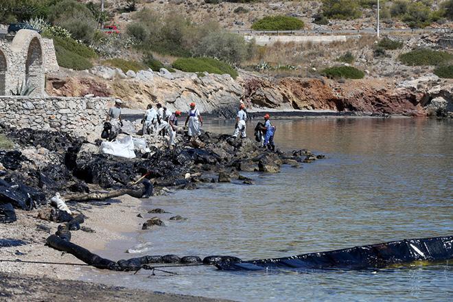 """Εργαζόμενοι εταιρείας απορρύπανσης προσπαθούν να αντιμετωπίσουν πετρελαιοκηλίδα στη περιοχή των Σεληνίων της Σαλαμίνας , Πέμπτη 14 Σεπτεμβρίου 2017.. Αμμουδιές της παραλιακής ζώνης της Αθήνας και βεβαίως οι ακτές της Σαλαμίνας έχουν ρυπανθεί από το πετρέλαιο που διέρρευσε από το ναυάγιο του πετρελαιοφόρου πλοίου """"Αγία Ζώνη ΙΙ """" που βούλιαξε την Κυριακή στο Σαρωνικό κόλπο. Συνεργεία καταβάλουν προσπάθεια να μην επεκταθεί η ρύπανση και να καθαρίσουν τις ακτές. ΑΠΕ-ΜΠΕ/ΑΠΕ-ΜΠΕ/Παντελής Σαίτας"""