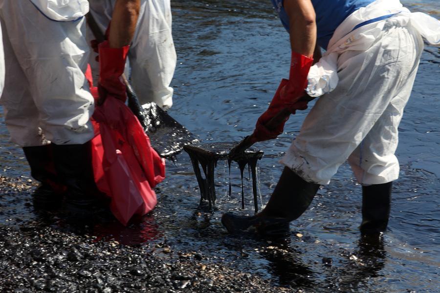 Περισσότεροι από 800 τόνοι μαζούτ έχουν απαντληθεί από τα νερά του Σαρωνικού