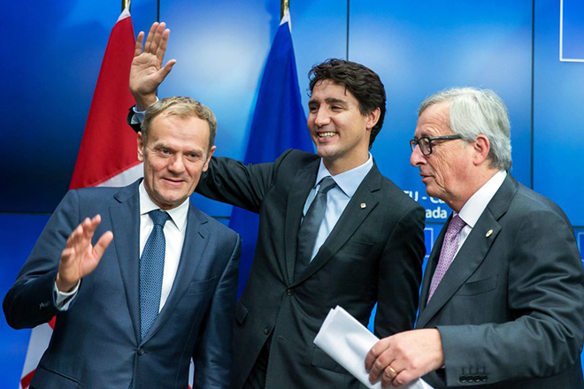 epa05620895 YEARENDER 2016 OCTOBER  European Commission President Jean-Claude Juncker (R), Canadian Prime Minister Justin Trudeau (C) and EU Council President Donald Tusk (L) attend a press conference at the end of an EU-Canada summit where they signed the Comprehensive Economic and Trade Agreement (CETA) in Brussels, Belgium, 30 October 2016.  EPA/Stephanie Lecocq