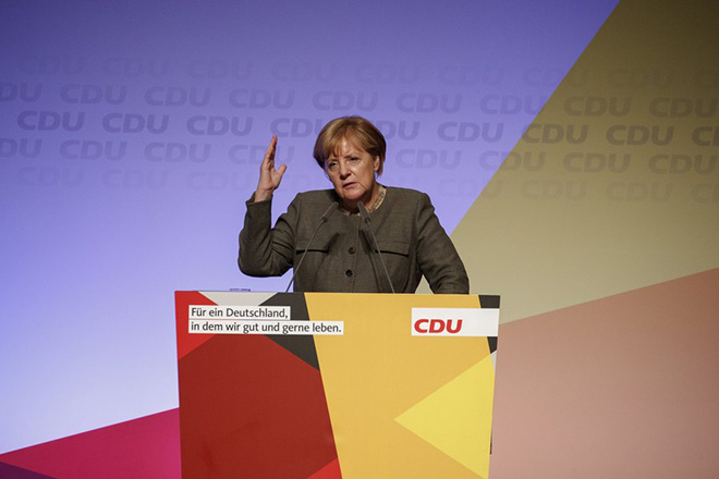 epa06216328 German Chancellor Angela Merkel speaks in an election campaign event of the Christian Democratic Union party (CDU) in Hamburg, Germany, 20 September 2017. General elections in Germany are scheduled for 24 September 2017.  EPA/CARSTEN KOALL