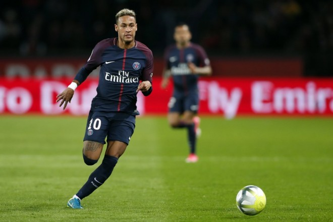 epa06211198 Paris Saint Germain striker Neymar Jr in action during the French Ligue 1 soccer match between Paris Saint Germain (PSG) and Olympique Lyonnais at the Parc des Princes stadium in Paris, France, 17 September 2017.  EPA/IAN LANGSDON