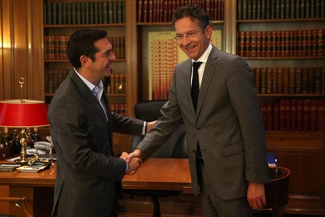 Ο πρωθυπουργός, Αλέξης Τσίπρας (Α)  υποδέχεται τον πρόεδρο του Eurogroup και υπουργό Οικονομικών της Ολλανδίας,  Γερούν Ντάισελμπλουμ, (Jeroen Dijsselbloem) (Δ)  στη συνάντηση τους στο Μέγαρο Μαξίμου, Αθήνα Δευτέρα 25 Σεπτεμβρίου 2017.  ΑΠΕ-ΜΠΕ/ΑΠΕ-ΜΠΕ/ΟΡΕΣΤΗΣ ΠΑΝΑΓΙΩΤΟΥ