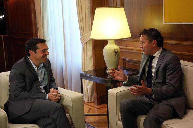 Ο πρωθυπουργός, Αλέξης Τσίπρας (Α)  συνομιλεί με  τον πρόεδρο του Eurogroup και υπουργό Οικονομικών της Ολλανδίας,  Γερούν Ντάισελμπλουμ, (Jeroen Dijsselbloem) (Δ)  στη συνάντηση τους στο Μέγαρο Μαξίμου, Αθήνα Δευτέρα 25 Σεπτεμβρίου 2017.  ΑΠΕ-ΜΠΕ/ΑΠΕ-ΜΠΕ/ΟΡΕΣΤΗΣ ΠΑΝΑΓΙΩΤΟΥ