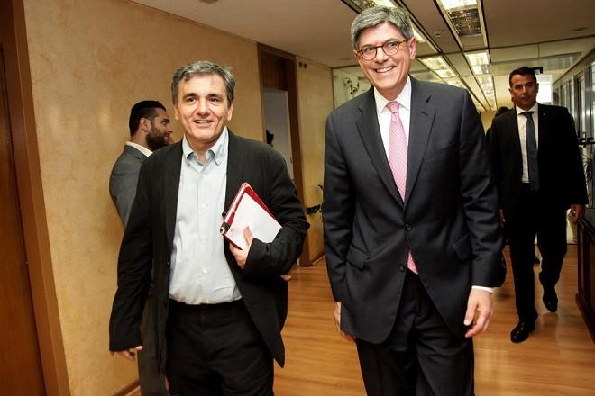 Ο υπουργός  Οικονομικών Ευκλείδης Τσακαλώτος (Α)  υποδέχεται τον υπουργό Οικονομικών των Ηνωμένων Πολιτειών Αμερικής Τζακ Λιου (Δ) (Jack Lew) κατά τη διάρκεια της συνάντησής τους  στο Υπουργείο, Αθήνα, Πέμπτη 21 Ιουλίου 2016. Ο υπουργός Οικονομικών των Ηνωμένων Πολιτειών Αμερικής Τζακ Λιου, κατά τη διάρκεια της επίσκεψής του,  θα συναντηθεί με τον πρωθυπουργό, Αλέξη Τσίπρα, με τον υπουργό Οικονομικών, Ευκλείδη Τσακαλώτο, με τον υπουργό Οικονομίας Γιώργο Σταθάκη και τον υφυπουργό Αλέξη Χαρίτση, καθώς και με τον πρόεδρο της αξιωματικής αντιπολίτευσης Κυριάκο Μητσοτάκη. Στην ατζέντα των επαφών είναι ο ρυθμός εφαρμογής των μεταρρυθμίσεων προκειμένου να ανοίξει ο δρόμος για να συζητηθεί η ελάφρυνση του ελληνικού χρέους. ΑΠΕ-ΜΠΕ/POOL EUROKINISSI/ΓΙΑΝΝΗΣ ΠΑΝΑΓΟΠΟΥΛΟΣ