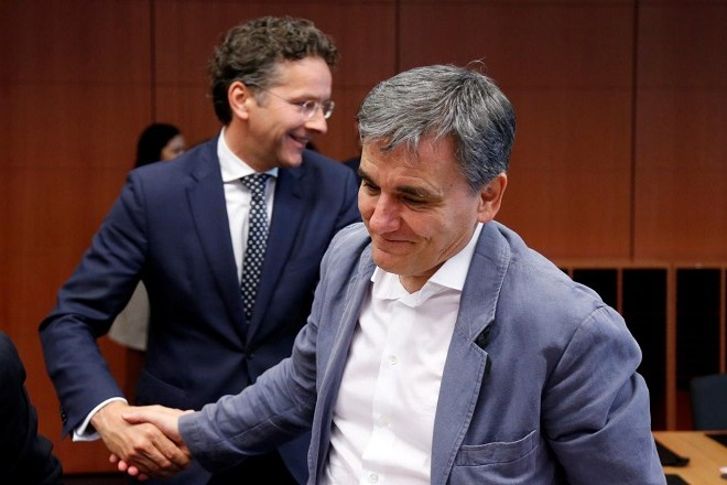 Dutch Finance Minister and Eurogroup President Jeroen Dijsselbloem meets Greek Finance Minister Euclid Tsakalotos (R) during a eurozone finance ministers meeting in Brussels, Belgium May 22, 2017. REUTERS/Francois Lenoir