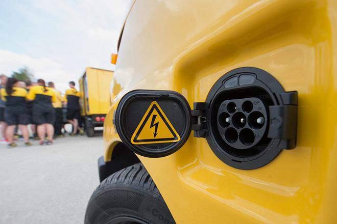 Οι γίγαντες του πετρελαίου «γλυκοκοιτούν» τα ηλεκτρικά αυτοκίνητα