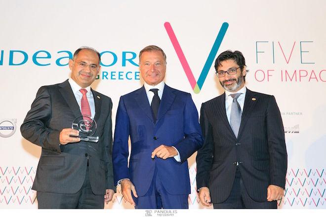 Ο Νίκος Χριστοδούλου, CEO CHB Group και ο Αλέξανδρος Χριστοδούλου, Sales Manager, CHB Group παραλαμβάνουν το βραβείο για τη δημιουργία των περισσότερων θέσεων εργασίας στο δίκτυο Endeavor από τον Πρόεδρο Μιχάλη Χανδρή
