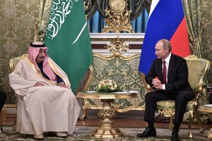 epa06246017 Russian President Vladimir Putin (R) and Saudi King Salman bin Abdulaziz Al Saud (L) meet in the Kremlin, Moscow, Russia. 05 October 2017. King Salman is on a three-day visit for talks that are expected to focus on the Syrian crisis and energy.  EPA/ALEXEI NIKOLSKY/SPUTNIK/KREMLIN / POOL MANDATORY CREDIT