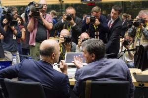 Ο υπουργός Οικονομικών Ευκλείδης Τσακαλώτος (Δ) συνομιλεί με τον  Επίτροπο Οικονομίας, Pierre Moscovici (A) κατά τη διάρκεια της δεύτερης ημέρας του Eurogroup, στις Βρυξέλλες, την Κυριακή 12 Ιουλίου 2015. «Θέλουμε η Ελλάδα να κάνει βαθιές μεταρρυθμίσεις όντας μέλος της ευρωζώνης»,δήλωσε ο Επίτροπος Οικονομίας, Πιέρ Μοσκοβισί.«Οι συζητήσεις χθες,τόνισε,ήταν μακρές και δύσκολες και σήμερα θα επικεντρωθούμε στις προϋποθέσεις που πρέπει να ικανοποιηθούν,προκειμένου να ξεκινήσουν οι διαπραγματεύσεις για το νέο πρόγραμμα». ΑΠΕ-ΜΠΕ/EU COUNCIL/Tashana BATISTA