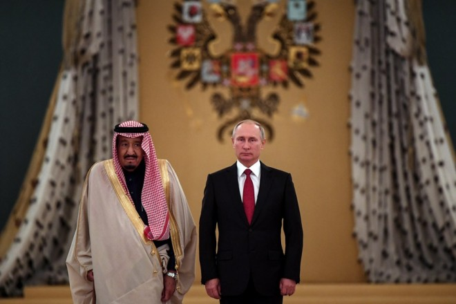 epa06246050 Russian President Vladimir Putin (R) and Saudi Arabia's King Salman bin Abdulaziz Al Saud (L) walk during a welcoming ceremony ahead of their talks at the Kremlin in Moscow, Russia, 05 October 2017. King Salman is on a three-day visit for talks that are expected to focus on the Syrian crisis and energy.  EPA/YURI KADOBNOV / POOL