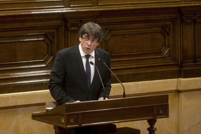 epa06257357 Catalan President Carles Puigdemont addresses the region's parliament in Barcelona, Spain, 10 October 2017. Puigdemont has proposed to suspend declaration of independence for few weeks to hold talks with Spanish government.  EPA/QUIQE GARCIA