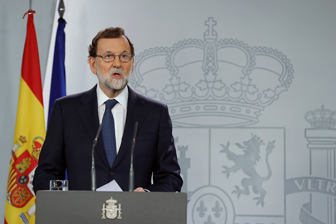 epa06258946 Spanish Prime Minister Mariano Rajoy gives a statement after an extraordinary Cabinet meeting at La Moncloa Palace in Madrid, 11 October 2017. Mariano Rajoy said he had asked Catalan leader, Carles Puigdemont, to confirm wether had declared the independence before activating the Article 155 to suspend Catalan Autonomy.  EPA/ANGEL DIAZ