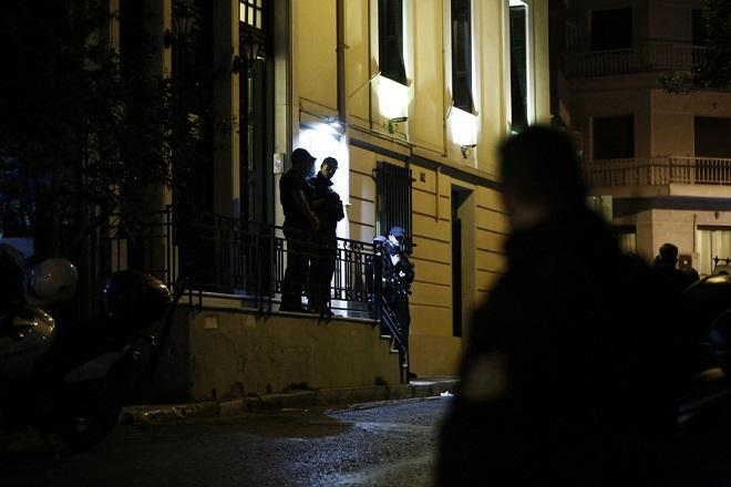Άνδρες της Αντιτρομοκρατικής έξω από το δικηγορικό γραφείο που δολοφονήθηκε ο δικηγόρος Μιχάλης Ζαφειρόπουλος και γιος του πρώην βουλευτή της Νέας Δημοκρατίας, Επαμεινώνδα Ζαφειρόπουλου, Πέμπτη 12 Οκτωβρίου 2017. Όπως αναφέρουν τα πρώτα στοιχεία, σύμφωνα με μαρτυρία συνεργάτη του δικηγόρου, που ήταν σε διπλανό γραφείο, ο Μιχάλης Ζαφειρόπουλος άνοιξε την πόρτα της εισόδου της πολυκατοικίας σε δύο άγνωστα άτομα, τα οποία ανέβηκαν στον όροφο που είναι το γραφείο του. Ξαφνικά ακούστηκε ένας πυροβολισμός και όταν ο συνεργάτης του έτρεξε να δει τι είχε συμβεί, βρήκε τον δικηγόρο να έχει γύρει νεκρός πάνω στο γραφείο του, ενώ οι δράστες είχαν φύγει. ΑΠΕ ΜΠΕ/ΑΠΕ ΜΠΕ/ΓΙΑΝΝΗΣ ΚΟΛΕΣΙΔΗΣ