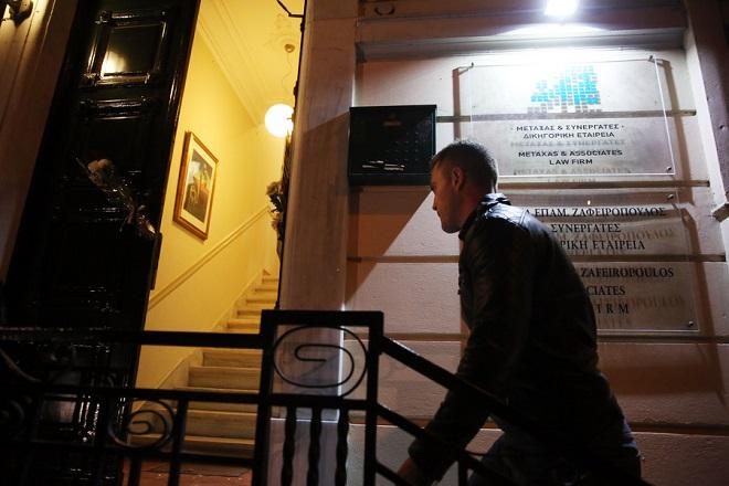 Ο γιος του δολοφονηθέντος Νώντας Ζαφειρόπουλος ανεβαίνει στο γραφείο του πατέρα του κατά την σιωπηλή διαμαρτυρία που πραγματοποιούν μέλη του Δικηγορικού Συλλόγου Αθηνών (ΔΣΑ) έξω από το γραφείο του δολοφονηθέντος Μιχάλη Ζαφειρόπουλου, την Παρασκευή 13 Οκτωβρίου 2017. Δικηγόροι της Αθήνας έχουν κατέλθει σε επταήμερη αποχή, από σήμερα έως την ερχόμενη Παρασκευή, 20 Οκτωβρίου 2017, ως ένδειξη πένθους. Πανελλαδικά, οι δικηγόροι θα απέχουν από τα καθήκοντά τους την προσεχή Δευτέρα και Τρίτη, 16 και 17 Οκτωβρίου 2017. ΑΠΕ ΜΠΕ/ΑΠΕ ΜΠΕ/ΟΡΕΣΤΗΣ ΠΑΝΑΓΙΩΤΟΥ
