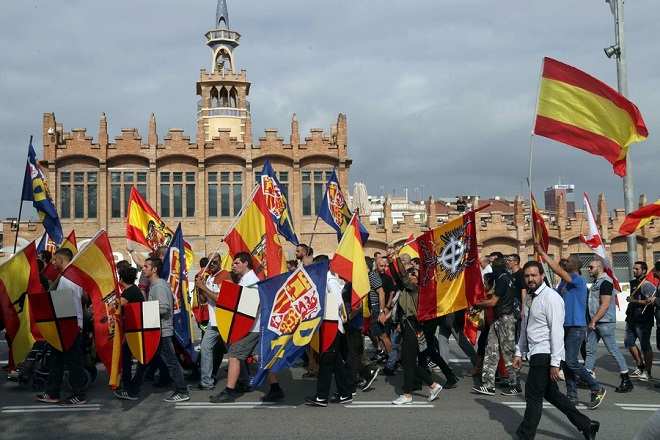 epa06262085 Right-wing radicals march towards the San Jordi Square, during a rally in support of Spain's unity in Barcelona coinciding with Spain's National Day celebrations, in Barcelona, northeastern Spain, 12 October 2017.  EPA/TONI ALBIR