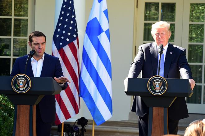 Ο Πρόεδρος των Ηνωμένων Πολιτειών, Ντόναλντ Τραμπ (Donald Trump) (Δ) με τον πρωθυπουργό Αλέξη Τσίπρα (Α), σε κοινή συνέντευξη Τύπου στο Rose Garden αμέσως μετά την ολοκλήρωση των συνομιλιών τους, την Τρίτη 17 Οκτωβρίου 2017, στο Λευκό Οίκο, στην Ουάσιγκτον.  Ο πρωθυπουργός που πραγματοποιεί πενθήμερη επίσκεψη στις ΗΠΑ, όπου είχε συνάντηση με τον Πρόεδρο των Ηνωμένων Πολιτειών, Donald Trump, καθώς και με τη Γενική Διευθύντρια του Διεθνούς Νομισματικού Ταμείου, Christine Lagarde, ενώ θα συναντήσει και τον Αντιπρόεδρο, Mike Pence. ΑΠΕ-ΜΠΕ/ΑΠΕ-ΜΠΕ/ΔΗΜΗΤΡΗΣ ΠΑΝΑΓΟΣ