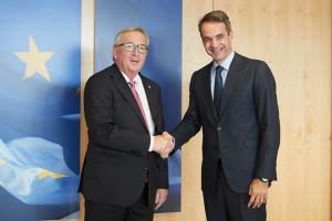 Ο πρόεδρος της Νέας Δημοκρατίας Κυριάκος Μητσοτάκης συναντήθηκε με τον Πρόεδρο της Ευρωπαϊκής Επιτροπής  Jean - Claude Juncker,  την Πέμπτη 19 Οκτωβρίου 2017,  στην Ευρωπαϊκή Επιτροπή. Ο πρόεδρος της ΝΔ βρίσκεται στις Βρυξέλλες, ενόψει της Συνόδου Κορυφής του Ευρωπαϊκού Λαϊκού Κόμματος. ΑΠΕ-ΜΠΕ/ΓΡΑΦΕΙΟ ΤΥΠΟΥ ΝΔ/ΔΗΜΗΤΡΗΣ  ΠΑΠΑΜΗΤΣΟΣ