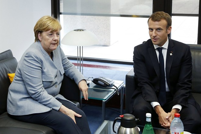 epa06276015 German Chancellor Angela Merkel (L) and French President Emmanuel Macron (R) attend a bilateral meeting the on the first day of an European Council Meeting in Brussels, 19 October 2017. European leaders meet in Brussels on 19 and 20 October 2017 to discuss  most pressing issues, including migration, defence, foreign affairs and digitalisation and to review the latest developments in the negotiations following the United Kingdom's notification of its intention to leave the EU.  EPA/FRANCOIS LENOIR / POOL