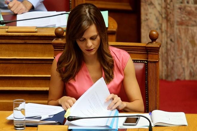 Η υπουργός Εργασίας, Κοινωνικής Ασφάλισης και Κοινωνικής Αλληλεγγύης Έφη Αχτσιόγλου στην Βουλή , Τετάρτη 6 Σεπτεμβρίου 2017. Πραγματοποιείται στην Ολομέλεια της Βουλής η συζήτηση και ψήφιση επί της αρχής, των άρθρων και του συνόλου του σχεδίου νόμου: «Συνταξιοδοτικές ρυθμίσεις Δημοσίου και λοιπές ασφαλιστικές διατάξεις, ενίσχυση της προστασίας των εργαζομένων, δικαιώματα ατόμων με αναπηρίες και άλλες διατάξεις».  ΑΠΕ-ΜΠΕ/ΑΠΕ-ΜΠΕ/Παντελής Σαίτας