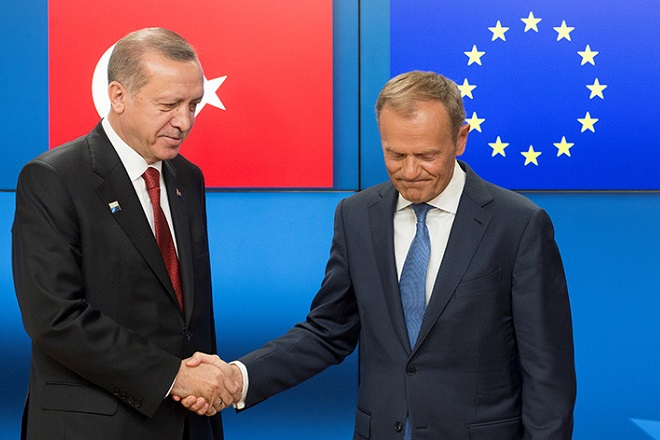 Turkish President Recep Tayyip Erdogan (L) shakes hands with European Council President Donald Tusk before a meeting at the European Council in Brussels, Belgium, May 25, 2017.  REUTERS/Olivier Hoslet/Pool - RTX37KKO
