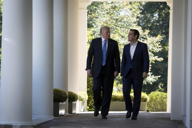 (Ξένη Δημοσίευση) Ο Πρόεδρος των Ηνωμένων Πολιτειών, Ντόναλντ Τραμπ (Donald Trump) (Α) με τον πρωθυπουργό Αλέξη Τσίπρα (Δ), κατά την άφιξή τους στην κοινή συνέντευξη Τύπου στο Rose Garden αμέσως μετά την ολοκλήρωση των συνομιλιών τους, την Τρίτη 17 Οκτωβρίου 2017, στο Λευκό Οίκο, στην Ουάσιγκτον.  Ο πρωθυπουργός που πραγματοποιεί πενθήμερη επίσκεψη στις ΗΠΑ, όπου είχε συνάντηση με τον Πρόεδρο των Ηνωμένων Πολιτειών, Donald Trump, καθώς και με τη Γενική Διευθύντρια του Διεθνούς Νομισματικού Ταμείου, Christine Lagarde, ενώ θα συναντήσει και τον Αντιπρόεδρο, Mike Pence. ΑΠΕ-ΜΠΕ/ΓΡΑΦΕΙΟ ΤΥΠΟΥ ΠΡΩΘΥΠΟΥΡΓΟΥ/Andrea Bonetti