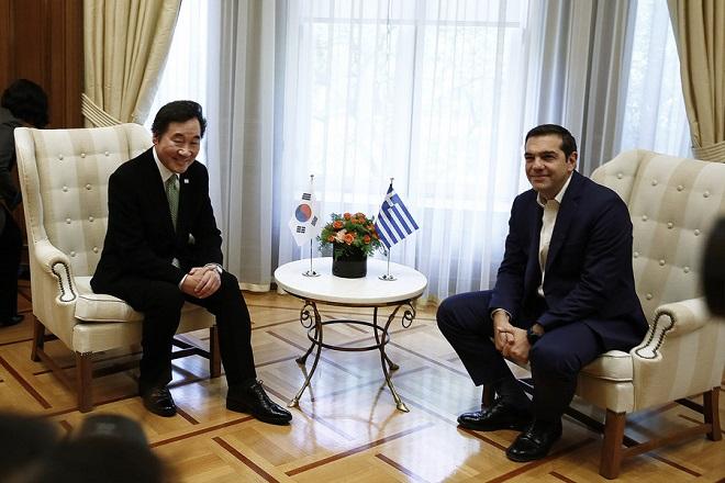 Ο πρωθυπουργός, Αλέξης Τσίπρας (Δ) συνομιλεί με τον πρωθυπουργό της Δημοκρατίας της Κορέας Lee Nak-yon (Α),  κατά τη διάρκεια της συνάντησής τους, τη Δευτέρα 23 Οκτωβρίου 2017,  στο Μέγαρο Μαξίμου . Ο  πρωθυπουργός της Δημοκρατίας της Κορέας θα επισκεφθεί την Αρχαία Ολυμπία όπου θα παραστεί στην τελετή αφής της Ολυμπιακής Φλόγας για τους 23ους Χειμερινούς Ολυμπιακούς Αγώνες που θα γίνουν στην πόλη Πιόνγκτσανγκ  της Νότιας Κορέας. ΑΠΕ-ΜΠΕ/ΑΠΕ-ΜΠΕ/ΑΛΕΞΑΝΔΡΟΣ ΒΛΑΧΟΣ