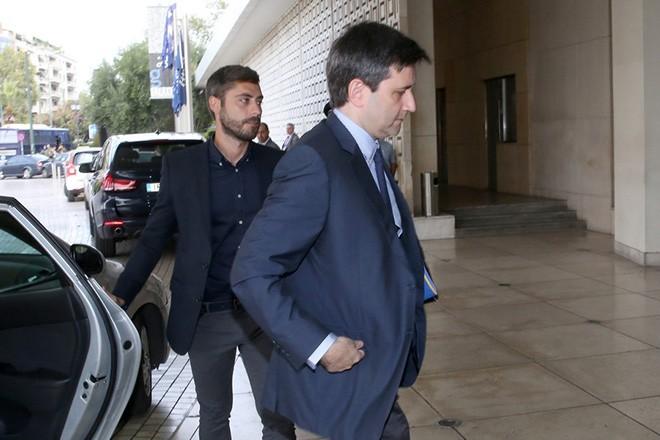 Ο αναπληρωτής υπουργός Οικονομικών, Γιώργος Χουλιαράκης προσέρχεται για τη συνάντησή του με τους θεσμούς, τη Δευτέρα 23 Οκτωβρίου 2017.  Ξεκίνησαν οι συζητήσεις του οικονομικού επιτελείου της κυβέρνησης με τους επικεφαλής των θεσμών για την τρίτη αξιολόγηση. Πρόκειται για την πρώτη φάση των συζητήσεων οι οποίες αναμένεται να διαρκέσουν έως το τέλος της εβδομάδος. Σύμφωνα με το υπουργείο Οικονομικών, στις δύο σημερινές διαδοχικές συναντήσεις με τον αναπληρωτή υπουργό Οικονομικών, Γιώργο Χουλιαράκη, στο επίκεντρο θα βρεθούν δημοσιονομικά θέματα. ΑΠΕ-ΜΠΕ/ΑΠΕ-ΜΠΕ/ΟΡΕΣΤΗΣ ΠΑΝΑΓΙΩΤΟΥ