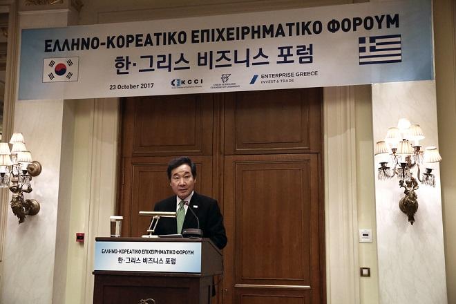 O πρωθυπουργός της Δημοκρατίας της Κορέας Lee Nak-yon μιλάει στο Ελληνοκορεατικό επιχειρηματικό φόρουμ, που διοργάνωσε το εμπορικό επιμελητήριο της Κορέας, το Enterprise Greece και η Κεντρική Ένωση Επιμελητηρίων σε κεντρικό ξενοδοχείο της Αθήνας, τη Δευτέρα 23 Οκτωβρίου 2017. ΑΠΕ-ΜΠΕ/ΑΠΕ-ΜΠΕ/ΣΥΜΕΛΑ ΠΑΝΤΖΑΡΤΖΗ