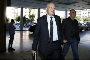 Ο υπουργός Οικονομίας και Ανάπτυξης  Δημήτρης Παπαδημητρίου προσέρχεται στη συνάντησή του με τους θεσμούς σε κεντρικό ξενοδοχείο της Αθήνας, Τρίτη 24 Οκτωβρίου 2017.  Ξεκίνησαν οι συζητήσεις του οικονομικού επιτελείου της κυβέρνησης με τους επικεφαλής των θεσμών για την τρίτη αξιολόγηση. Πρόκειται για την πρώτη φάση των συζητήσεων οι οποίες αναμένεται να διαρκέσουν έως το τέλος της εβδομάδος. ΑΠΕ-ΜΠΕ/ΑΠΕ-ΜΠΕ/ΑΛΕΞΑΝΔΡΟΣ ΒΛΑΧΟΣ