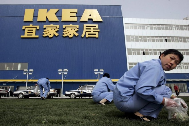 epa00690119 Workers clean up the grounds before the opening ceremony of the world's second largest IKEA superstore, in Beijing, China, Wednesday 12 April 2006.  The Swedish retail giant chose to open the 43,000 square meter building in Beijing as China's consumer spending is expected to further increase.  EPA/MICHAEL REYNOLDS